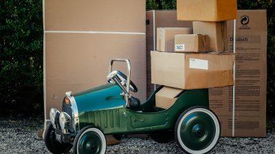 Breng grote kartonnen dozen naar scheidingsstation