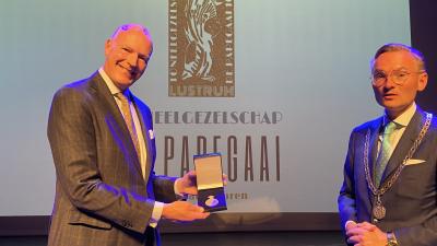 (fotorepo) Koninklijke Erepenning voor 100-jarig toneelgezelschap 'De Papegaai'