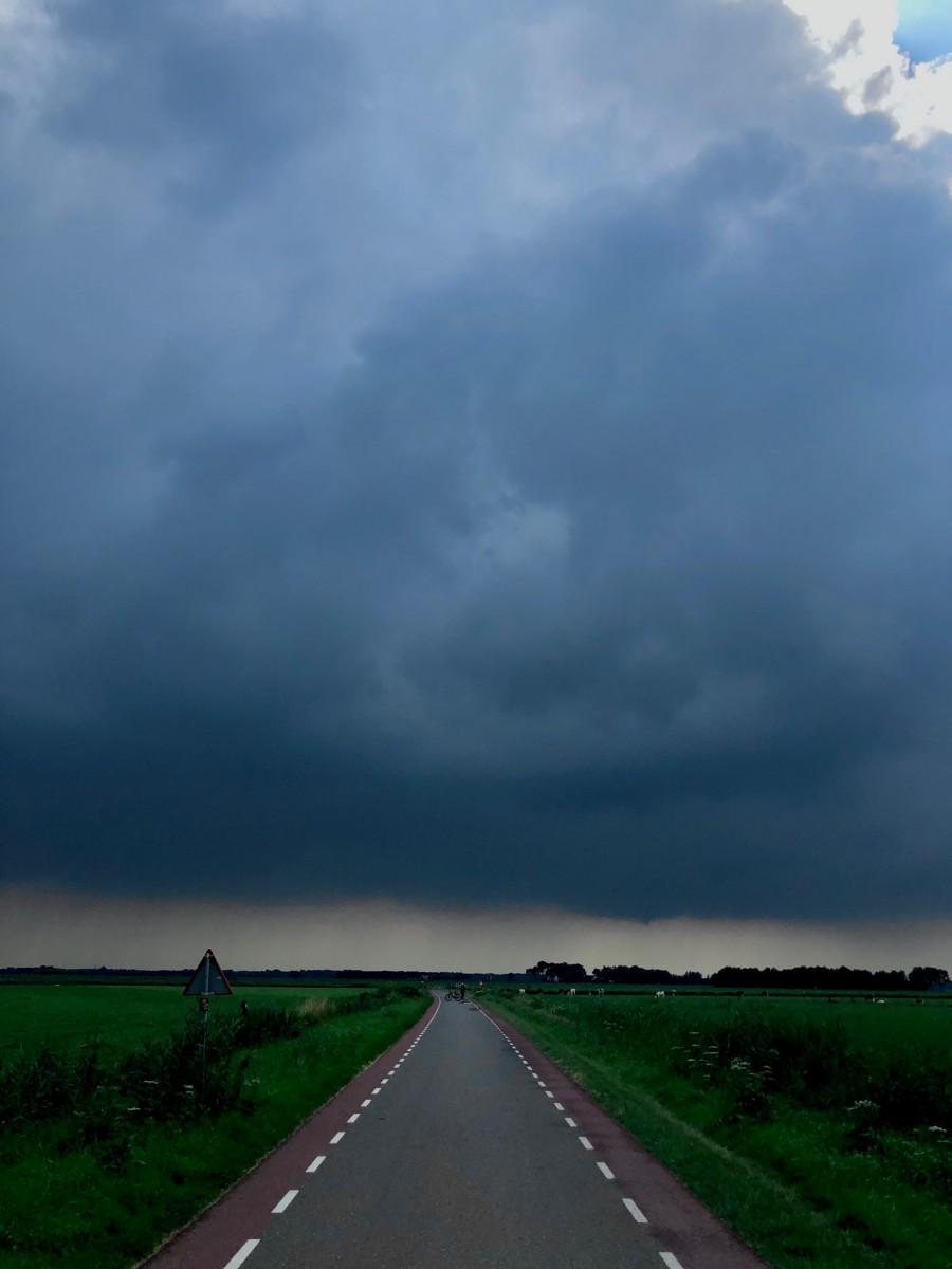Donkere wolken boven de Eempolder