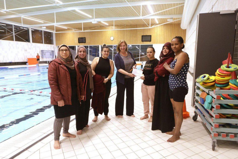 BEL organiseert zwemlessen in de Biezem voor statushouders. In Irak mocht Marwa als vrouw nooit zwemmen:  'Alleen de eerste twee minuten was het spannend'